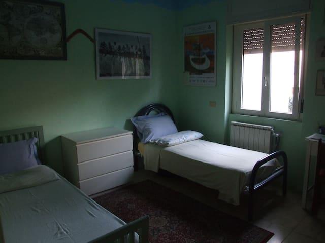 Luminosa stanza in casa con giardino