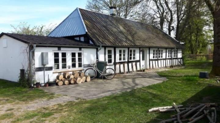 Charmerende Bondehus med have anno 1725 renoveret
