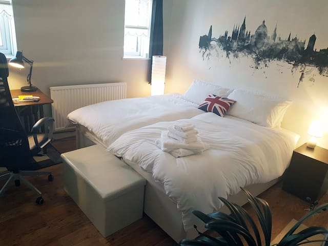 Double/Twin Room nr City Center + Breakfast & Bike
