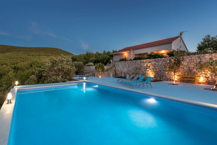 Pure beauty in a private bay villa - Hvar - House