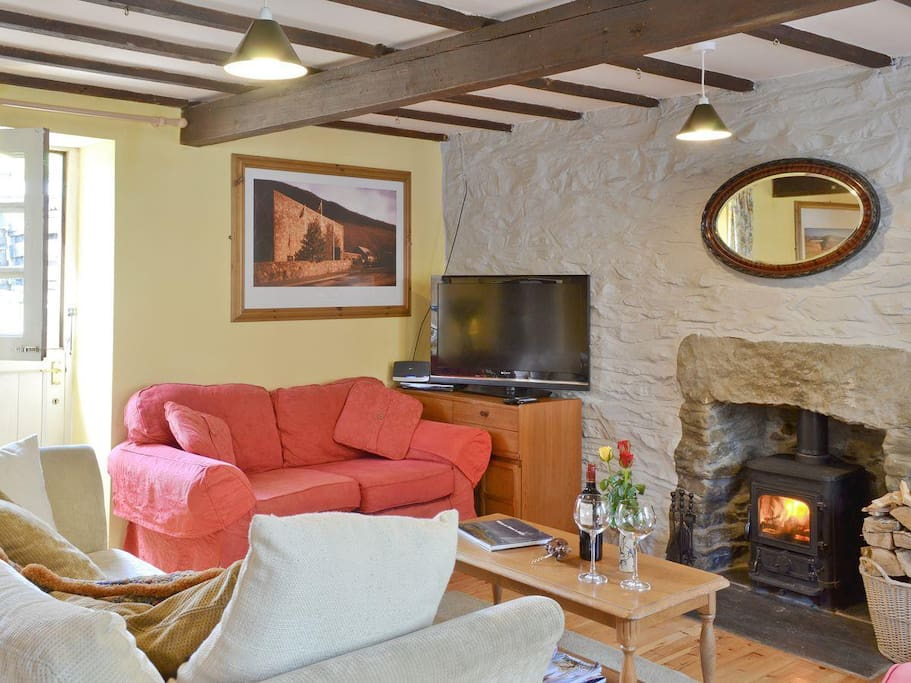 Hen efail old smithy houses for rent in tregaron for Living room 507
