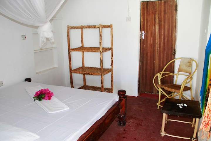 Doubleroom/private bathroom in Sunny House Paje - Paje - Dom