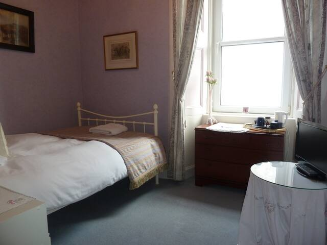 Small double room, ensuite, ideal for single guest
