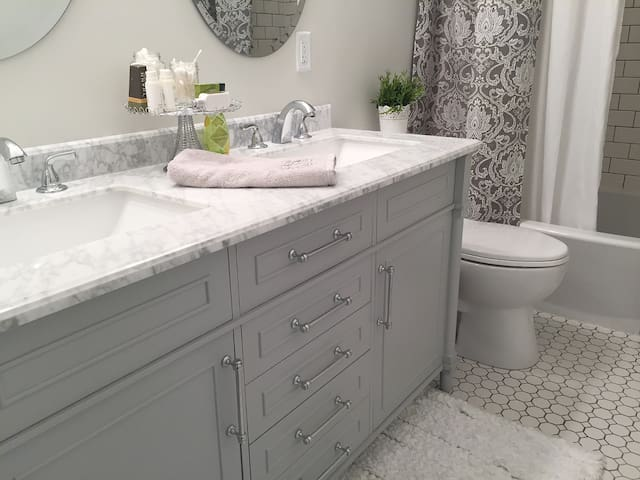 Bathroom with two sinks and tub