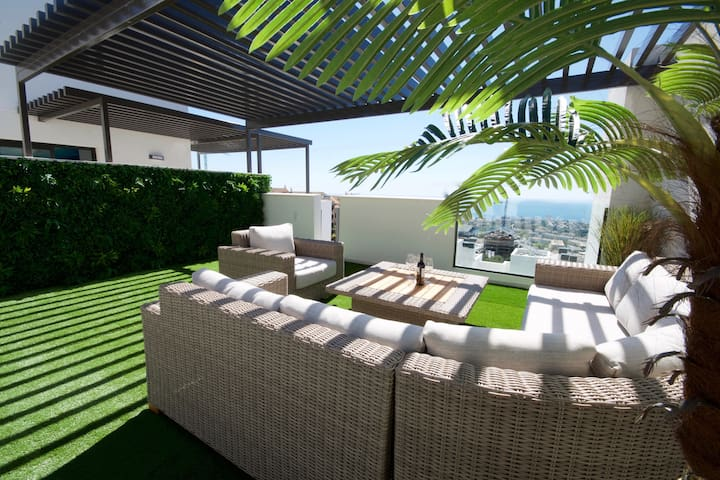 LUXURY PENTHOUSE, SEA VIEWS, 2500m FROM THE BEACH!