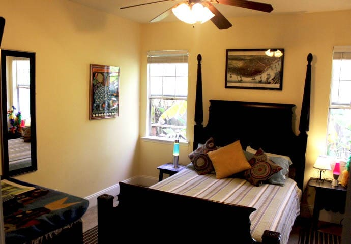 Private Bedroom in Cozy Home 3-miles to FQ