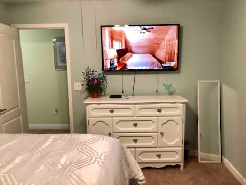 Enjoy this cozy Queen Bedroom in a Luxury Estate!