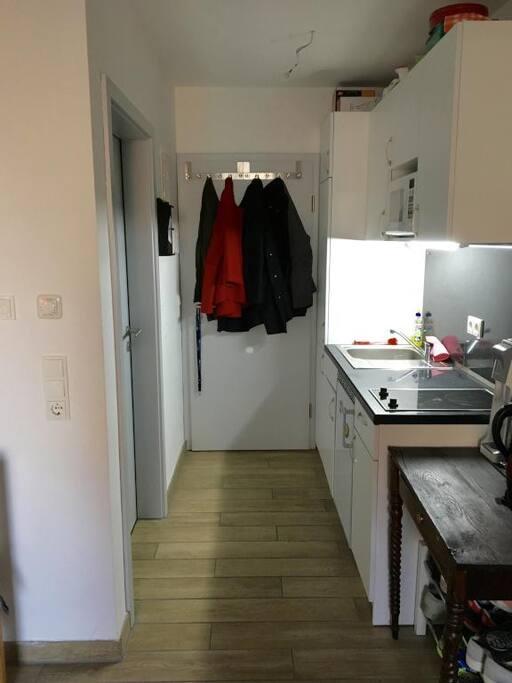 Küche mit Flur und Tür zum Badezimmer