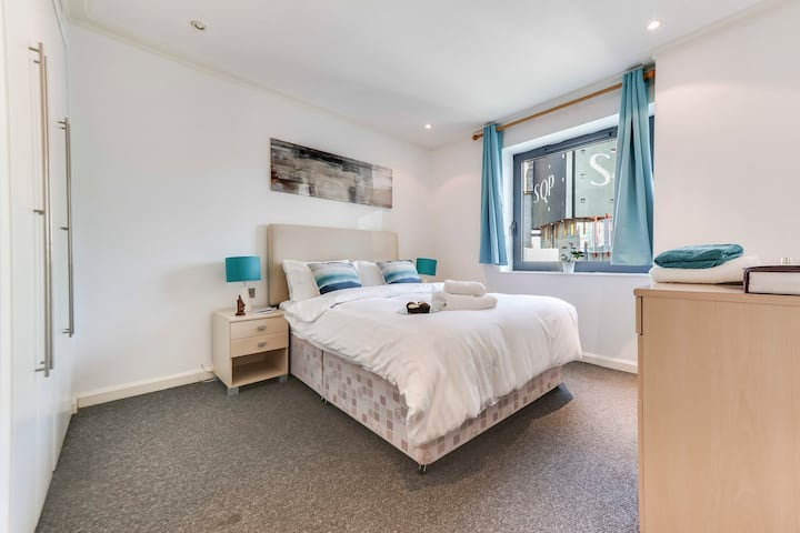 Two-bed Apartment Near Excel Centre (0107)