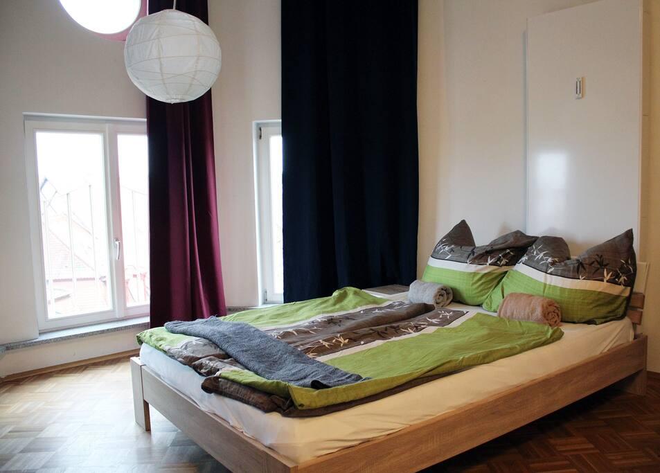 Das Bett mit Ausblick über die Innenstadt.