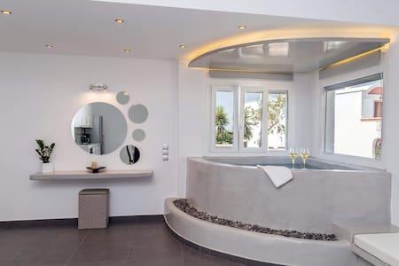 Villa Grecio | 1bedrm Apt | indoor Jacuzzi | 3 pax