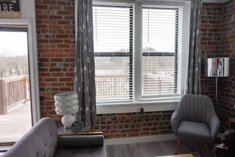 Riverview Loft facing Current River w/Wifi
