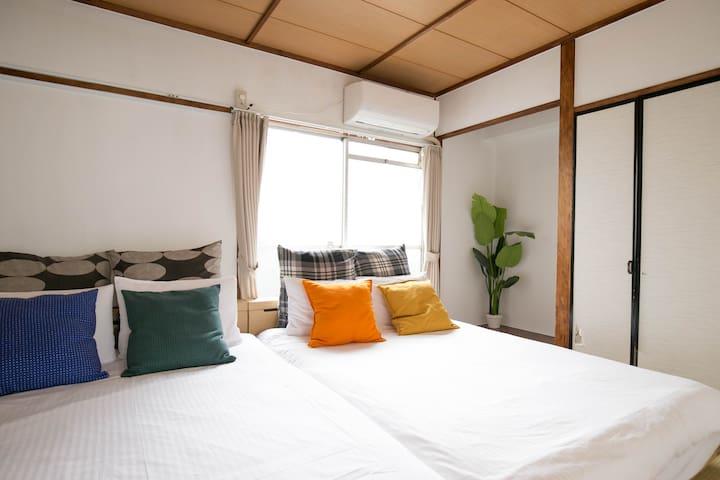 ベッドルームの片方のみエアコン完備です。 Only one of the bedrooms is air-conditioned.