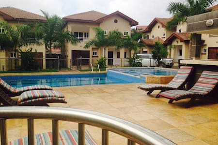 NEW Luxury 1 Bedroom Apartment steps from Airport - Accra - 独立屋
