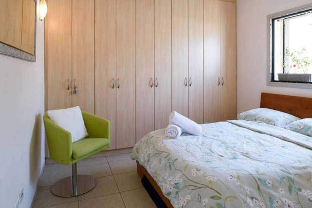 Guestroom: privacy, plenty of closet space, comfy bed, fresh linen and towels, heating or A/C