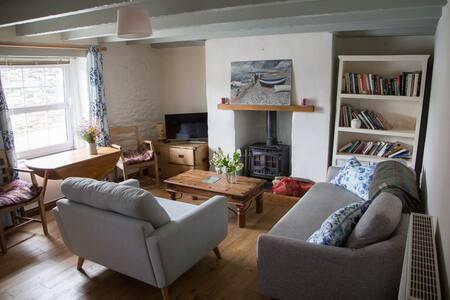 Classic Cornish cottage, sunny garden, great views