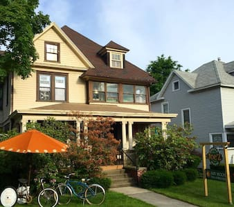Room in beautiful home with coffee shop - Jamestown - Haus