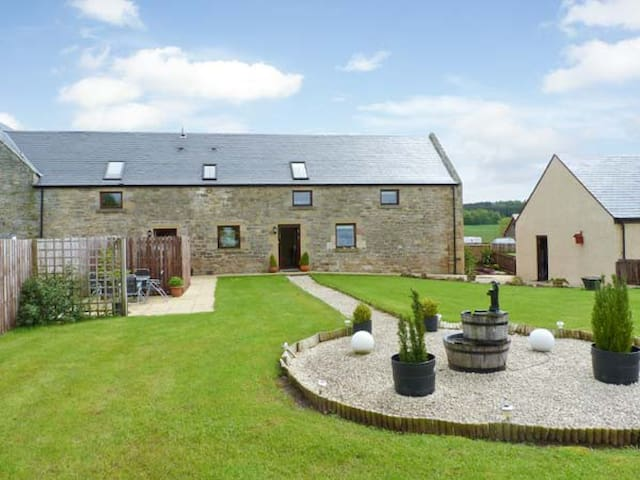 THE GRANARY, pet friendly, with a garden in Jedburgh, Ref 17400