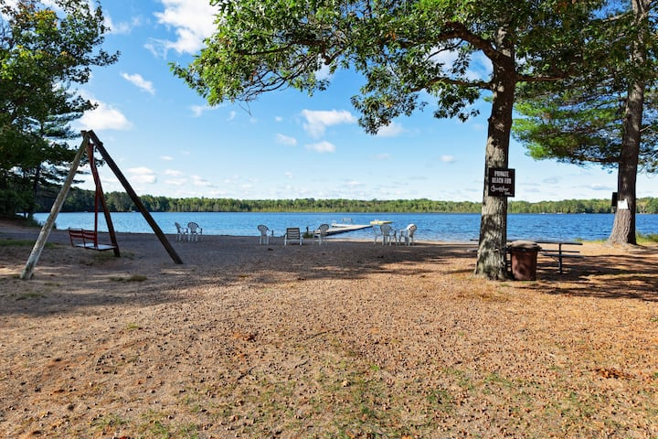 Cozy lakefront studio w/ shared tennis court, dock & lake views - dogs OK!