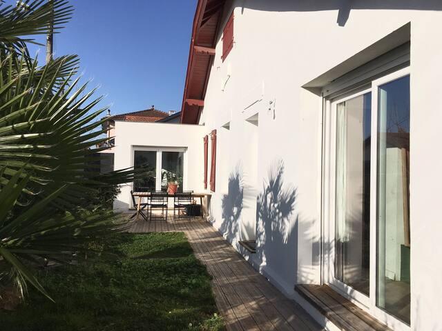 Chambre privée style Bauhaus dans maison familiale