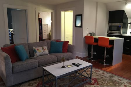Carriage House Apt.- walk to downtown.