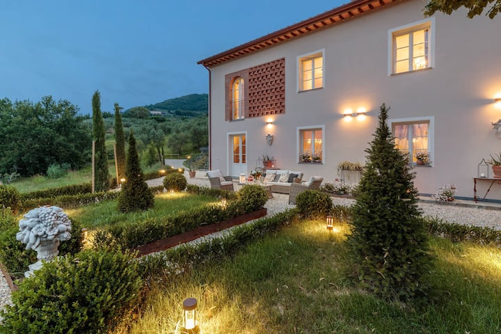 VILLA REGINA, 4 bedrooms and a luxury style among the vineyards by Lucca Town
