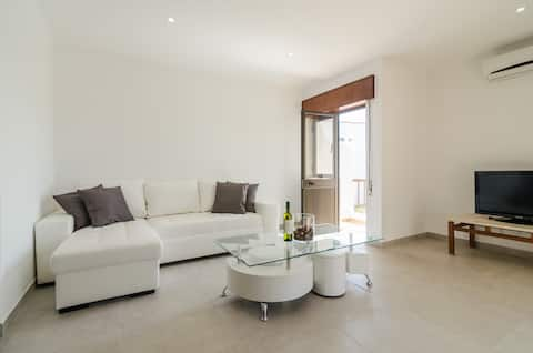 Lovely apartment, garden and pool, close to beach
