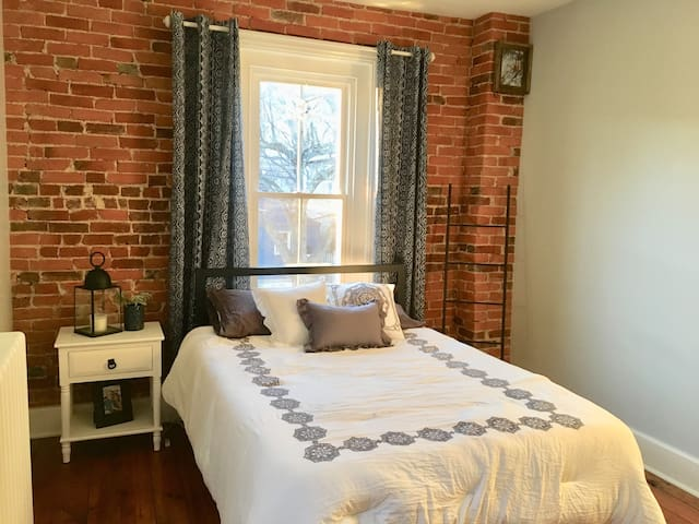 Private Bedroom in Historic, Downtown Bethlehem