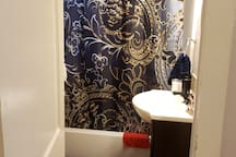 Restroom with shower/tub