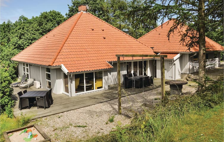 Holiday cottage with 5 bedrooms on 206m² in Asperup