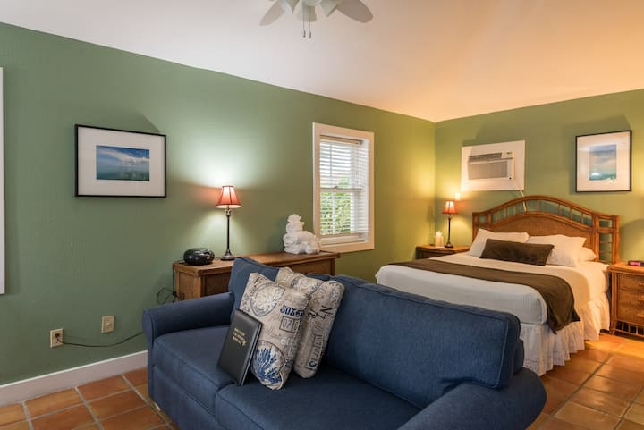 Comfy, dog-friendly retreat w/ shared hot tubs, patio, great Old Town location