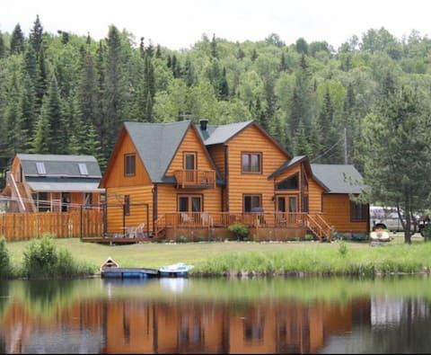 Chalet de rêve en bois rond avec lac privé
