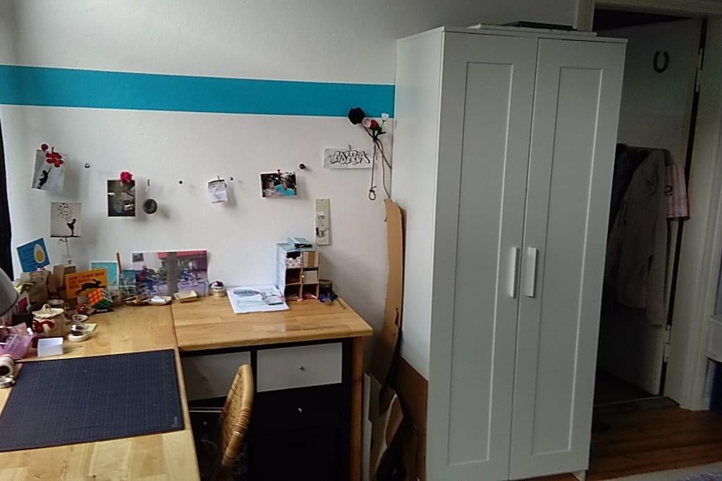 Schlafzimmer/Schreibtisch
