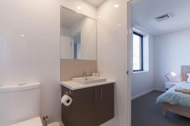 Bright and modern bathroom.