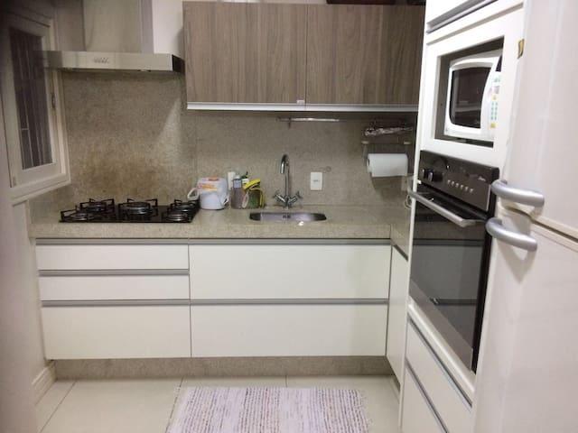 Cozinha super equipada (cafeteira, torradeira, panelas novas, forno elétrico, microondas, taças, copos, etc)