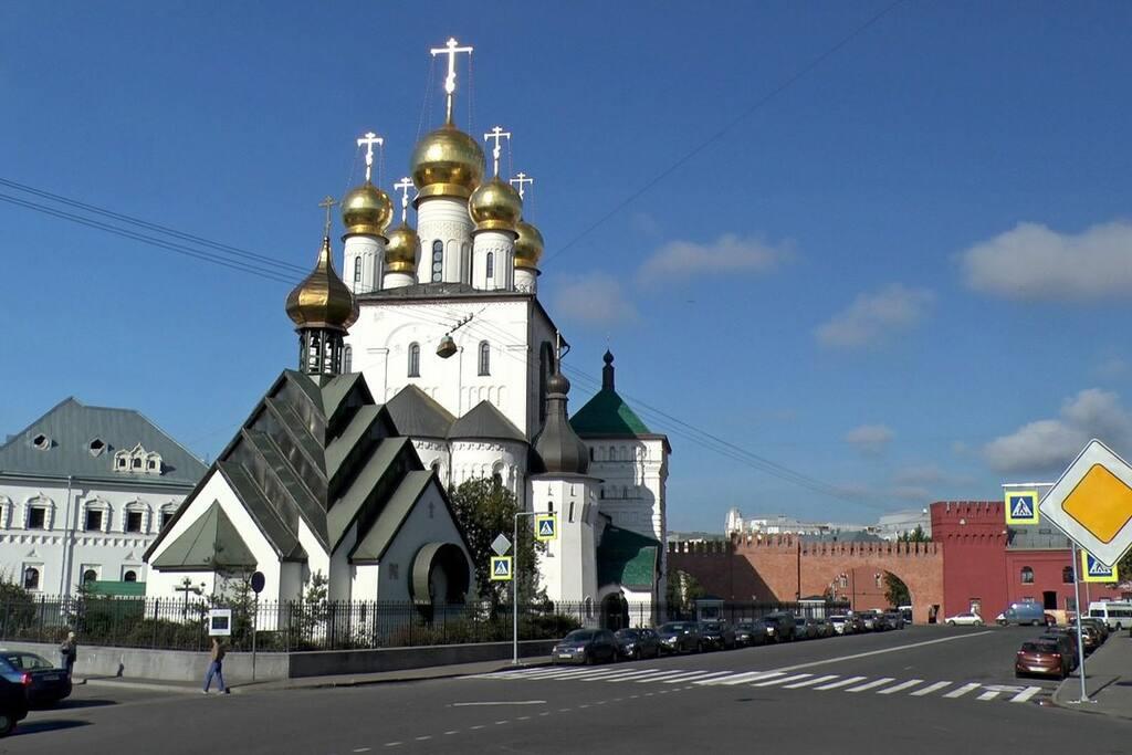 Из окон квартиры видны купола Собора Феодоровской иконы Божией Матери