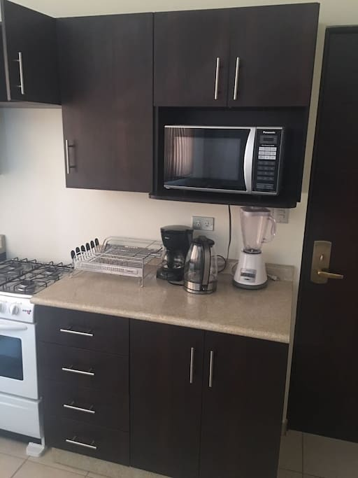 Blender, Coffee machine, water heating machine for tea, tray for drying dishes  // licuadora, cafetera, maquina para hervir agua para té y bandeja para secar platos.
