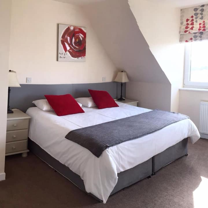 R3 Modern B&B Bridgend views  superking/twin beds