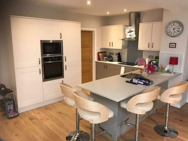 Spacious 3 bedroom gated family home in stamford