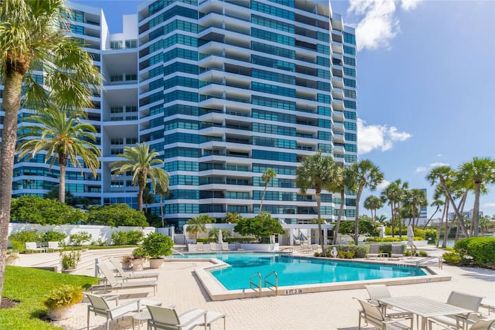 Prime Location in Downtown Sarasota! Luxury 2 bedroom 2 bath condo!