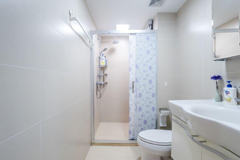 洗手间和淋浴间,提供洗发水沐浴露和牙刷牙膏,消毒浴巾和毛巾