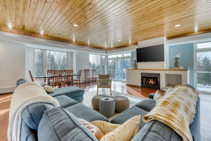 Secluded modern home w/ jetted tub, fireplaces, & beautiful views!