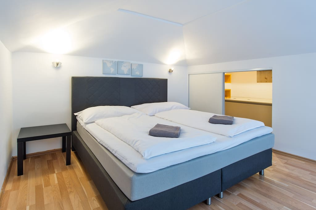 Two level bedroom: Upper level with luxury King-size bed - comfortable mattress
