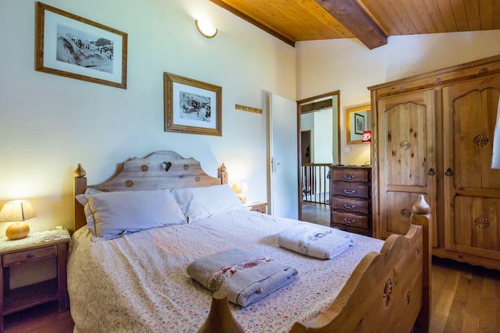 Chamonix Chalet - cozy double bedroom - Chamonix - Hytte (i sveitsisk stil)