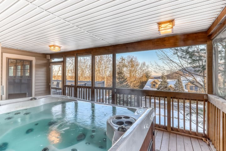 Beautiful mountain view home w/ private hot tub, firepit & pool table!
