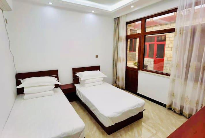 卧室配有:独立卫生间/冷暖空调/条桌/衣架/拖鞋/烧水壶/水杯