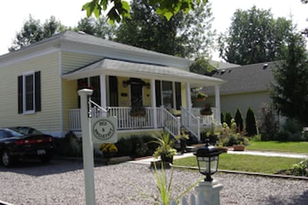 The Stewart House (Circa 1840)Cottage. Updated. - Niagara-on-the-Lake