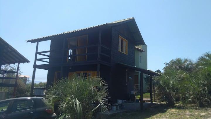 Casa 2 quartos perto da praia do Rosa.