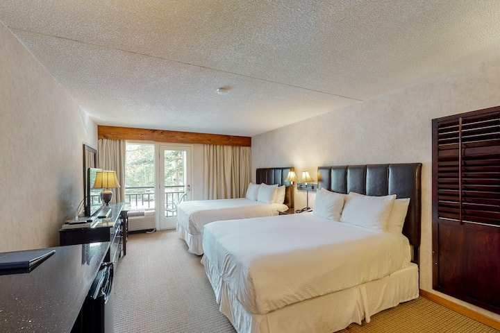 Ski-in/out room on 2nd floor w/ valley views, WiFi & shared outdoor pool/hot tub