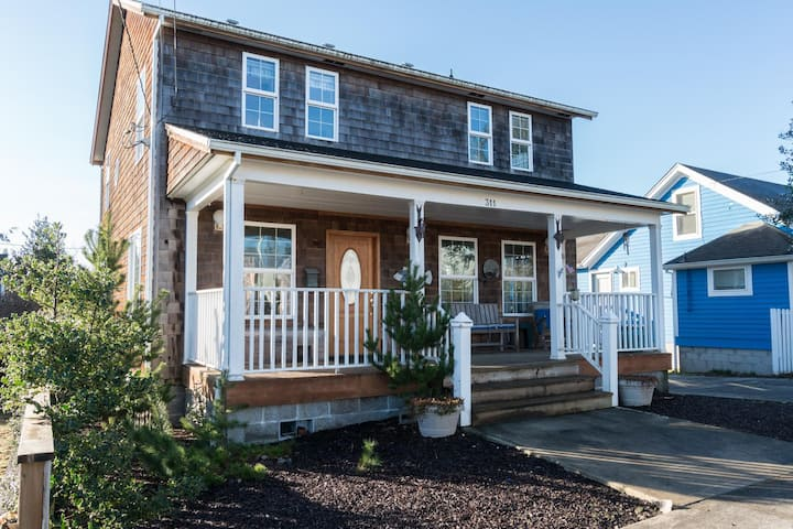 Less than two blocks to the Promenade & town with a large yard in Seaside!